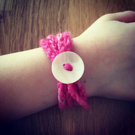 Das Armband wurde bereits nach der ersten Häkelstunde angefertigt.
