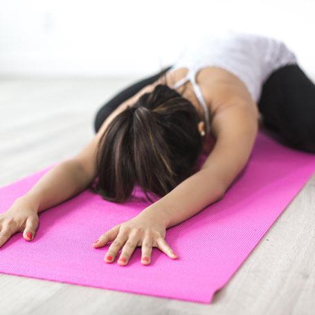 Stretching en lenigheidslessen , dit kan via online livestream of je kunt deze les ook volgen in de studio