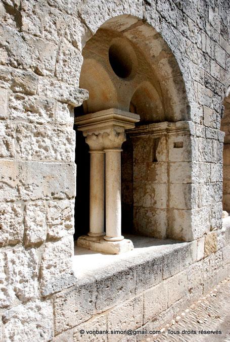 [NU003-2017-073] 13 - La Roque d'Anthéron - Abbaye de Silvacane : Cloître - Reconstitution d'une baie - France