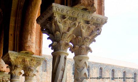 Cloître des Bénédictins (Monreale) : Corinthien et oisillons qui picorent les volutes (Chapiteau (XIII°)) - Sicile - Italie