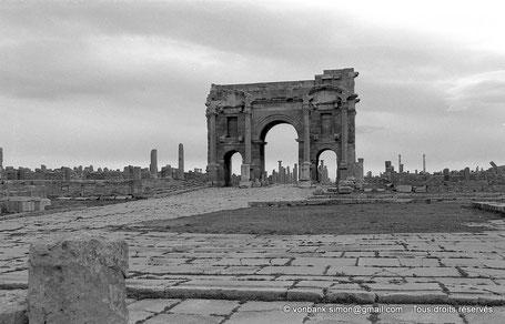 Timgad (Thamugadi) : Decumanus maximus, en direction de Thamugadi - Arc de Trajan - Numidie