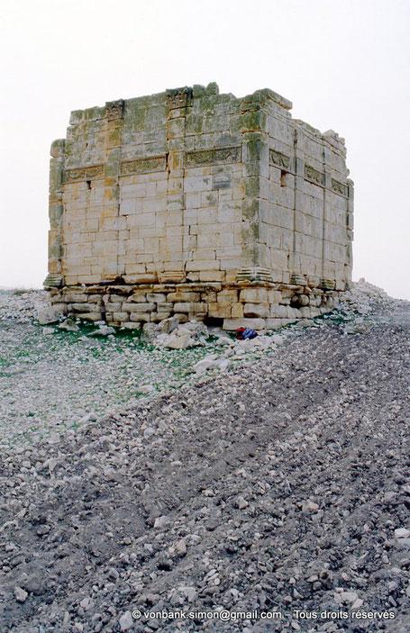 [003-1983-16] Zanfour (Assuras) : Temple - Les faces extérieures des murs sont décorées de quatre pilastres corinthiens et d'une frise élégante - Proconsulaire