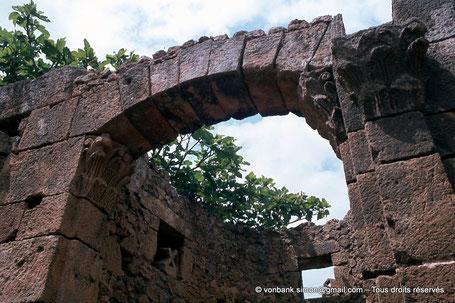 Tipasa de Maurétanie : Entrée de l'abside de l'édifice funéraire situé à proximité de la basilique Sainte Salsa