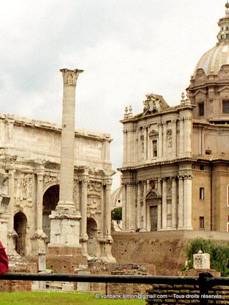 [C010-2001-03a] Rome - Forum Romanum : la Colonne Phocas - en arrière-plan, l'arc de Septime Sévère et l'église Saints-Luc-et-Martine - Italie