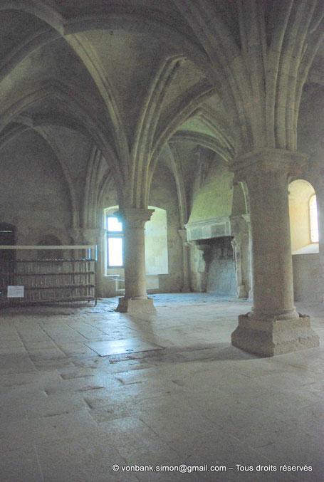 13 - La Roque d'Anthéron - Abbaye de Silvacane : Salle des moines ou salle du chauffoir - Au fond, la fenêtre à meneaux et ses cousièges - France