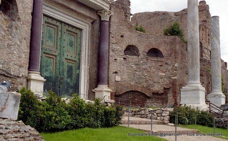 Rome - Forum Romanum : Temple de Romulus - Italie