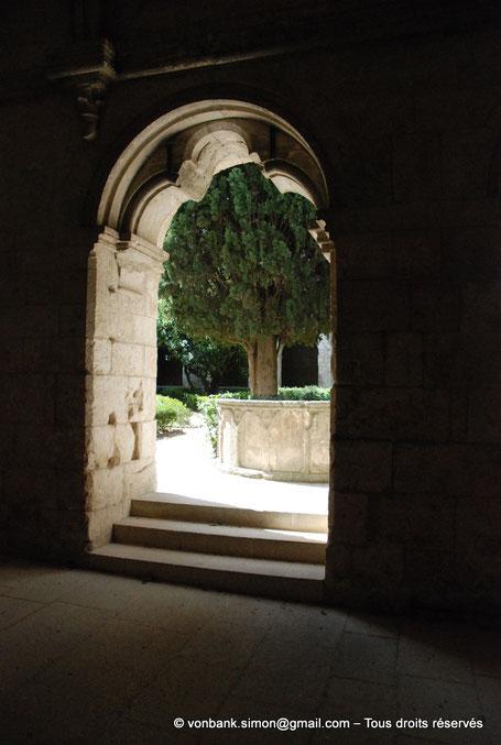 13 - La Roque d'Anthéron - Abbaye de Silvacane : Cloître - Restes du lavabo - France