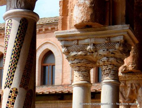 Cloître des Bénédictins (Monreale) : Décorations avec feuilles de chêne mues par le vent et un nid d'abeilles (Chapiteau (XIII°)) - Sicile - Italie