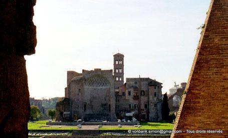 Rome - Forum Romanum : Vestiges du Temple de Vénus et de Rome : Abside à caissons (vue depuis le Colisée) - en arrière-plan, le clocher roman de la Basilique Sainte-Françoise Romaine - Italie