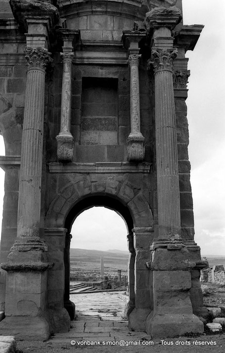 Timgad (Thamugadi) : Arc de Trajan (détail) - Numidie