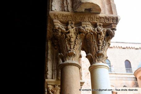 Cloître des Bénédictins (Monreale) : Amours ou Anges - Cheval qui court - Serpent (Chapiteau (XIII°)) - Sicile - Italie