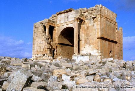 Haïdra (Ammaedara) : Arc de triomphe de Septime Sévère (façade Sud) partiellement contenu dans le bastion byzantin