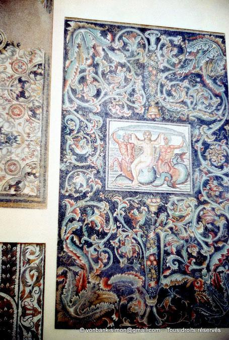 Timgad (Thamugadi) : Grands rinceaux d'acanthes encadrant un triomphe de Vénus (Musée) (Algérie)