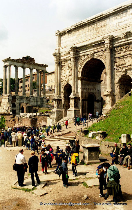 Rome - Forum Romanum : l'Arc de Septime Sévère - en arrière-plan, le Temple de Saturne - Italie