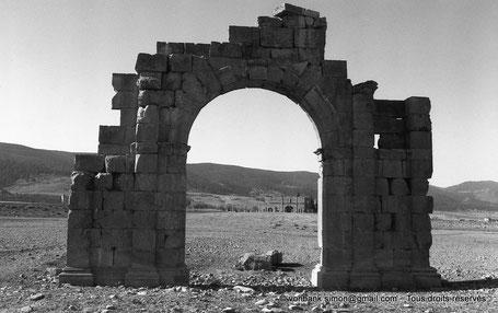 Lambèse (Lambaesis) : Arc de Commode - en direction de Lambèse - Numidie