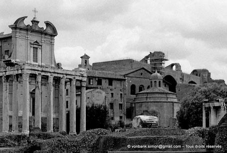[C010-2001-01a] Rome - Forum Romanum : Temple d'Antonin et Faustine (Église San Lorenzo in Miranda) - sur la droite, le Temple à plan octogonal de Romulus - derrière, la Basilique de Maxence et Constantin - Italie