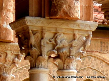 Cloître des Bénédictins (Monreale) : Orants ou philosophes en cours d'évangélisation (Chapiteau (XIII°)) - Sicile - Italie