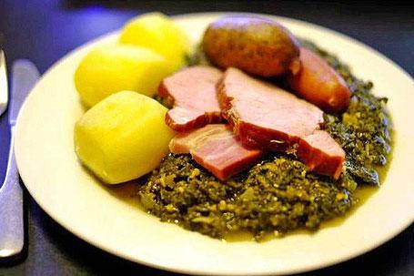 Grünkohl mit Kasseler, Kohlwurst, Pinkel und Salzkartoffeln