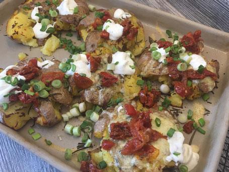 Quetsch-Kartoffeln fertig gebacken und mit Toppings garniert