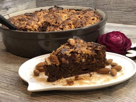Schokoladen Kuchen mit Kirschen auf Teller angerichtet