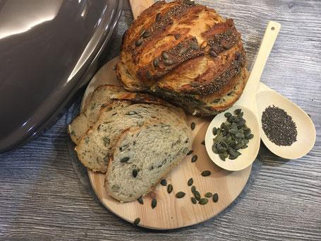 Fertig angerichtetes Kürbiskern- Chia- Brot