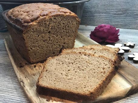 Aufgeschnittenes Paderborner Landbrot Brot auf Holzbrett