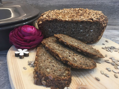 Fertig gebackenes und aufgeschnittenes Brot