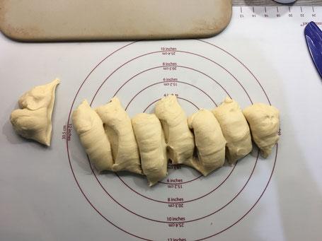 8 Teiglinge abgeteilt auf der Backmatte von Pamered Chef