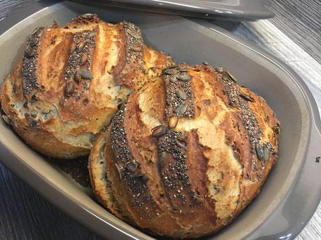 Kürbiskern- Chia- Brot im Ofenmeister von Pampered Chef, einem Brotbacktopf