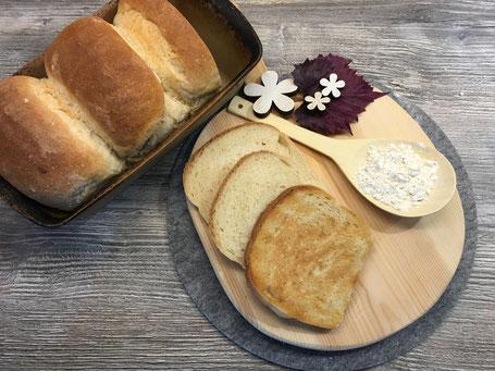 Toastbrot in Scheiben dekoriert auf einer Holzplatte