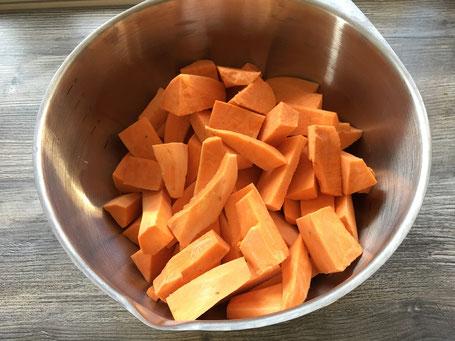 Süßkartoffeln in Spalten in einer Metallschüssel