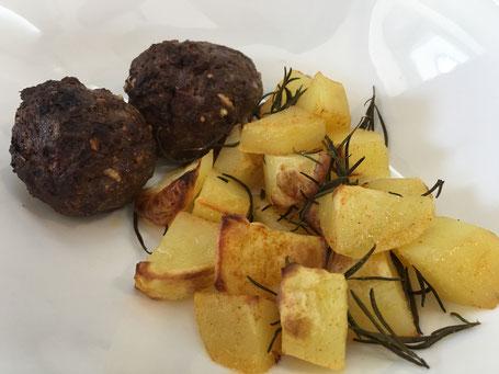 Kartoffeln und Hackbällchen