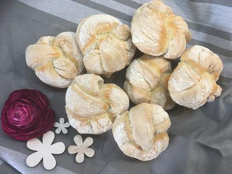 Frisch gebackene Brötchen fertig dekoriert