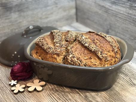 Frisch gebackenes Brot im Ofenmeister