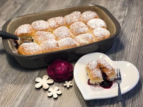 Pampered Chef Ofenhexe mit Buchteln gefüllt und mit einer Blume dekoriert