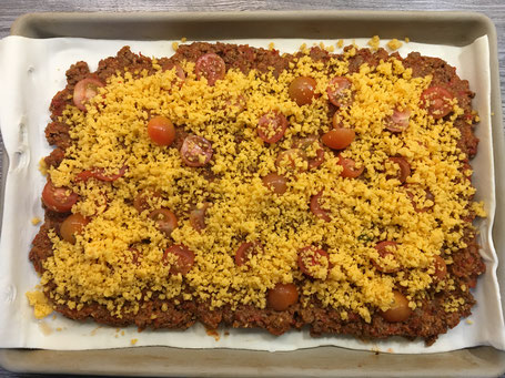 Blätterteigplatte mit Hackfleischmasse und Käse
