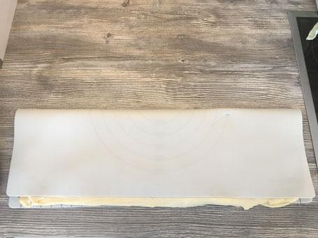Hefeteig mit Nussfüllung auf Backmatte