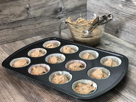 Muffin-Form mit Kuchenteig in Glasschüssel