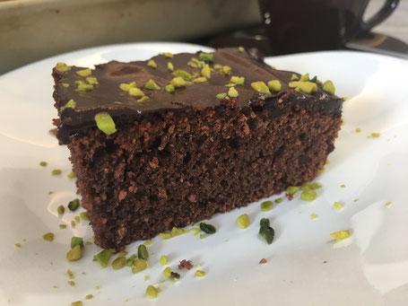 Rotwein-Kirsch-Kuchen mit Schokolasur und gehackten Pistazien