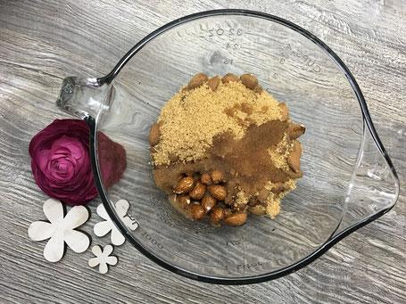 Mandeln, mit Zucker in einer Glasschüssel