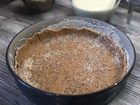 Pampered Chef Stoneware Form mit Mürbeteig gefüllt