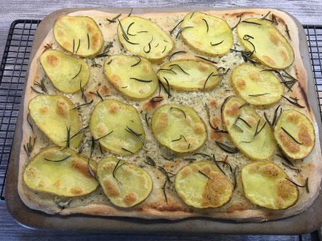 Karatoffel-Rosmarin-Pizza fertig gebacken