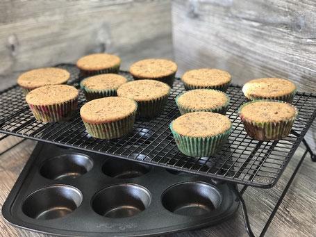 Gebackene Muffins auf Kuchengitter
