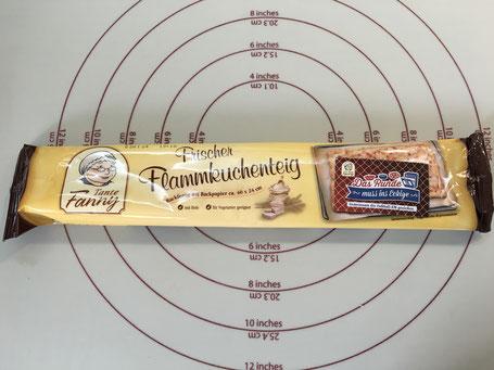 fertiger Pizzateig auf Backmatte von Pampered Chef