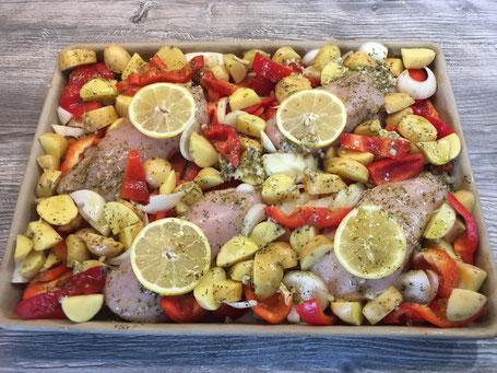 Backblech mit Hähnchen und mediterranem Gemüse vor dem backen