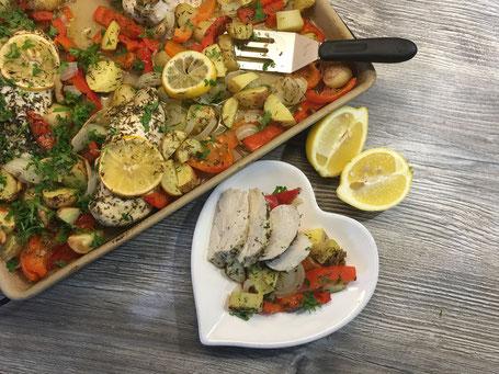 Hähnchen mit mediterranem Gemüse fertig angerichtet.