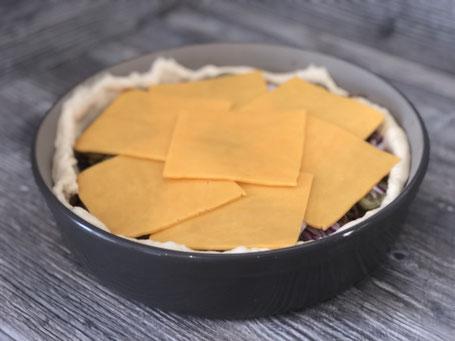 Stoneware-Form rund mit Hefeteig und Käse gefüllt