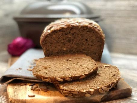 Frisch gebackenes Brot, aufgeschnitten auf einem Holzbrett