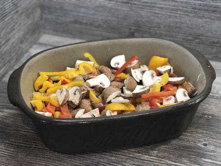 Auflaufform aus Ton mit Gemüse befüllt, Ofenemeister von Pamared Chef