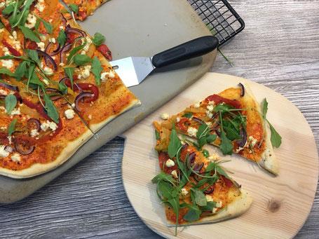 pizza mit gegrillter paprika feta und rauke pampered chef. Black Bedroom Furniture Sets. Home Design Ideas